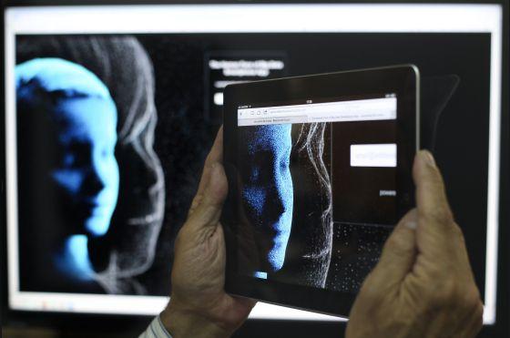 Un usuario se descarga la aplicación para participar en el proyecto 'The human face of big data'.
