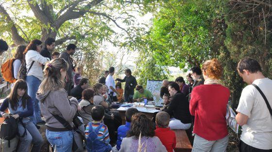 Participantes en un taller de observación de aves.