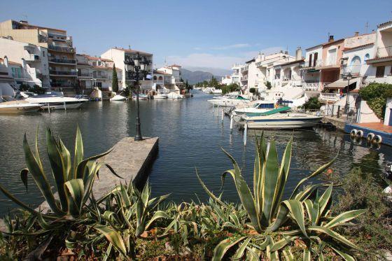 Viviendas con amarres en los canales de Empuriabrava (Girona).