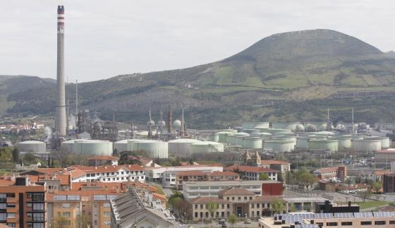 La refinería de Petronor vista desde el municipio de Muskiz.