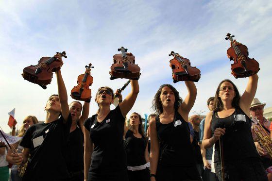 Protesta de profesores y alumnos de las escuelas municipales de música de Madrid contra los recortes.