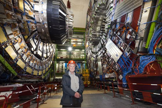 El físico teórico Peter Higgs durante una visita en el detector CMS, del acelerador de partículas LHC en 2008.