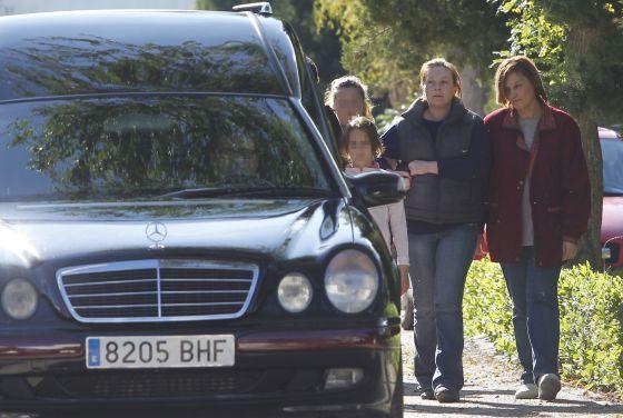 Adela, madre de Almudena, la niña asesinada, a su llegada al cementerio.