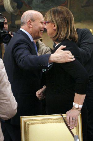José Ignacio Wert saluda a la consejera catalana, Irene Rigau.