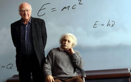 Peter Higgs posa junto a una escultura de Albert Einstein en el CosmoCaixa de Barcelona.