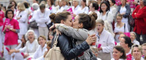 Dos mujeres se besan en medio de una manifestación contra el matrimonio homosexual en Marsella el pasado octubre.