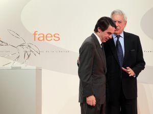 Aznar y Vargas Llosa en un acto de FAES, la fundación del PP.