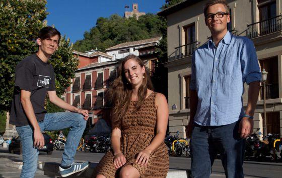 Los erasmus Raphaël, Insa y Robin, en el centro de Granada.