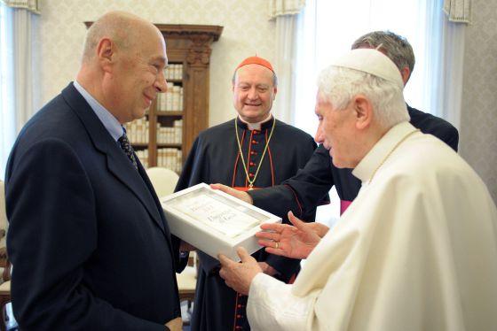 El Papa, con un ejemplar de su libro.