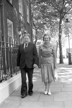 Lord Alistair McAlpine, cuando era asesor de la entonces primera ministra Margaret Thatcher, junto a esta.