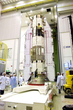Un grupo de ingenieros realiza las pruebas finales al cohete espacial GOCE en el ESTEC