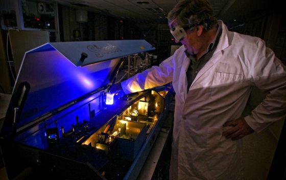 Un científico trabaja en el laboratorio de física del CSIC.