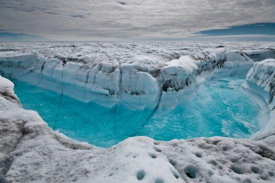 El agua superficial del hielo derretido fluye por la capa helada de Groenlandia, a lo largo de un glaciar.
