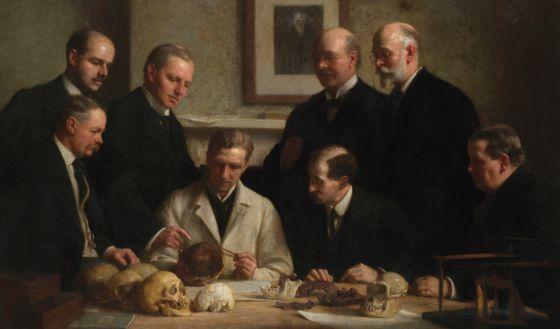 Los expertos que analizaron el falso cráneo con rasgos de hombre y de simio, en la pintura El grupo de Piltdown, de John Cooke.