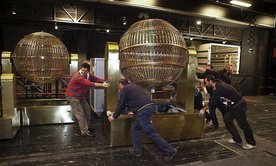 Llegada de los bombos al Teatro Real para el sorteo de la Lotería de Navidad.