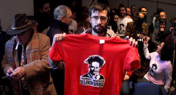 Un joven con una camiseta alusiva al alcalde Enrique Crespo.