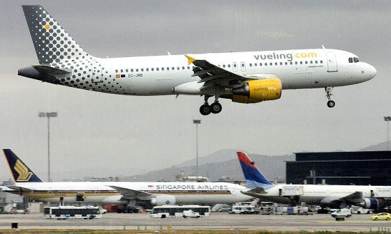 Un avión de la compañía Vueling en el aeropuerto de El Prat de Barcelona.