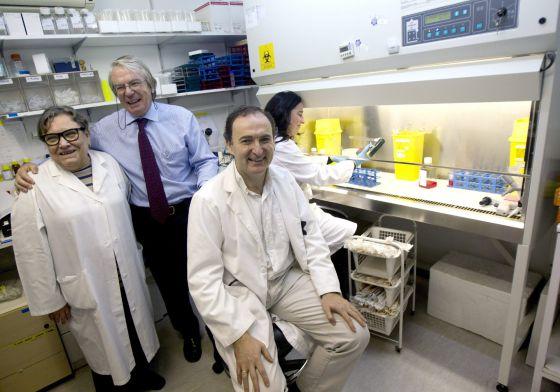 El investigador Felipe García (sentado); el jefe de Enfermedades Infecciosas del Hospital Clinic, Josep Maria Gatell (c), y la doctora Teresa Gallart (i), posan en el laboratorio en el que trabajan.