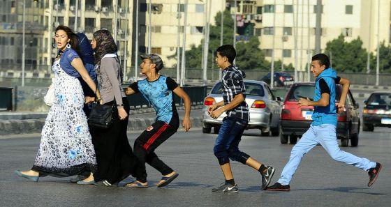 Un grupo de adolescentes acosa a unas mujeres en El Cairo.