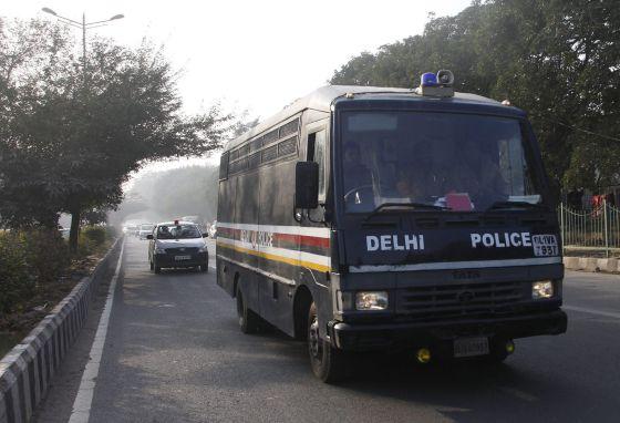 Un coche policial transporta a los acusados.