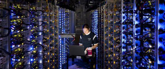 Una técnica de Google trabaja en un servidor de la empresa que había sufrido un sobrecalentamiento el pasado octubre.