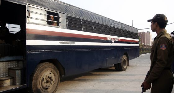 Un autobús de la policía transporta a cinco acusados de una violación del pasado 16 de diciembre.