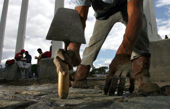 Trabajadores en un estadio en Venezuela.