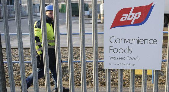 Un trabajador frente a la fábrica de alimentos ABP.