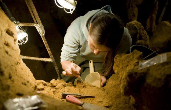 Una investigadora del CSIC, en la cueva del Sidrón (Asturias).
