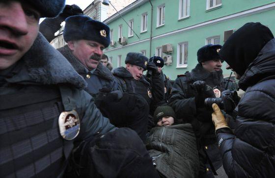 La policía detiene a un activista 'gay' ante la Duma.