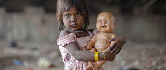 Una niña en las calles de Bombay.