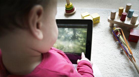 Niño con una tableta ordenador.