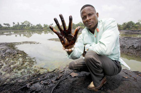 Un campesino nigeriano muestra los efectos del vertido cerca de Goi, en una imagen de archivo.