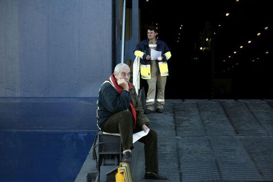 Un hombre mayor espera frente a una rampa