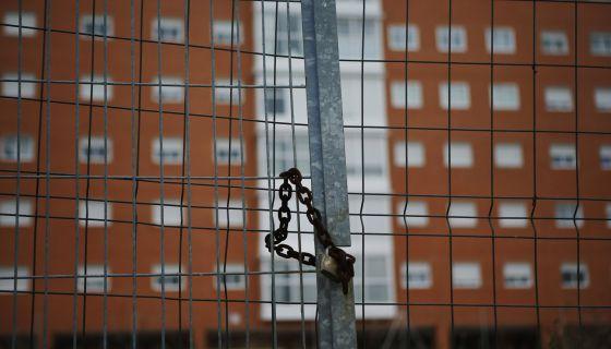 Una cancela frente a un edificio de viviendas en Madrid.