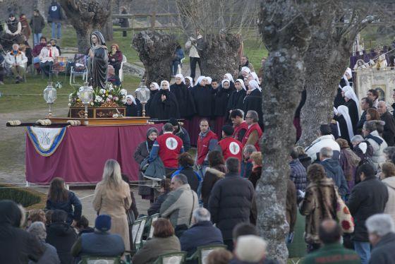 Seguidores del Movimiento de El Escorial rezan en el lugar donde creen que se apareció la Virgen a la vidente.