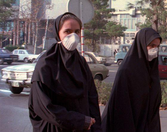 Ciudanos iraníes llevan mascarillas por la calle para respirar mejor debido contaminación en el aire