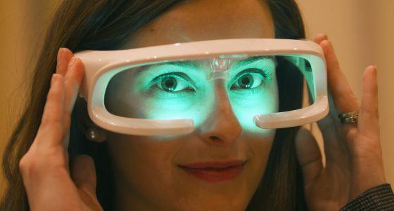 Gafas que emiten luz para ayudar a combatir el insomnio y el 'jet lag'.