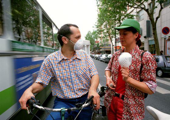 Dos ciclistas con  mascarilla por las calles de París.  France Press