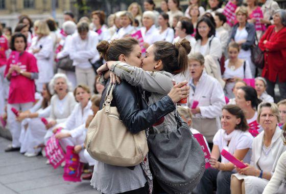 Dos mujeres se besan frente a una manifestación en contra del matrimonio gayrn