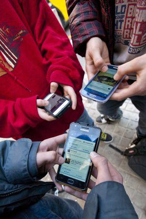 Jóvenes estudiantes de instituto conectados a las redes sociales.
