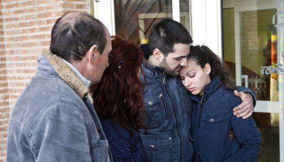 Los hermanos de la víctima abrazados en el tanatorio de Ciudad Real