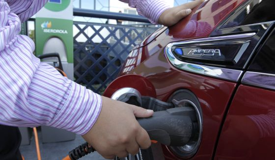 Un usuario de coche eléctrico recargando su batería.