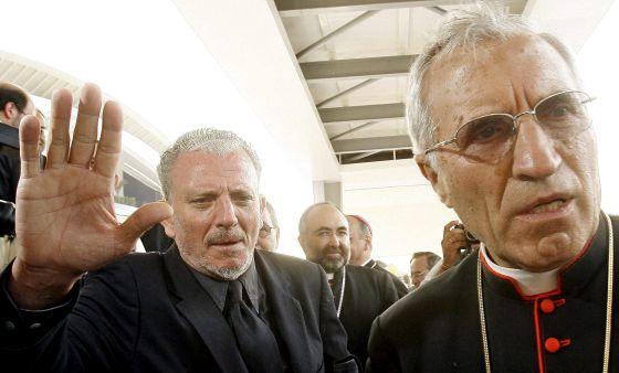El cardenal arzobispo de Madrid, Antonio María Rouco Varela, delante de Kiko Argüello, en el Encuentro de las Familias del Camino Neocatecumenal en Valencia en 2006.