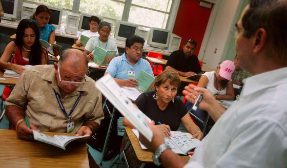 A los mayores les cuesta aprender un idioma que no es el suyo.