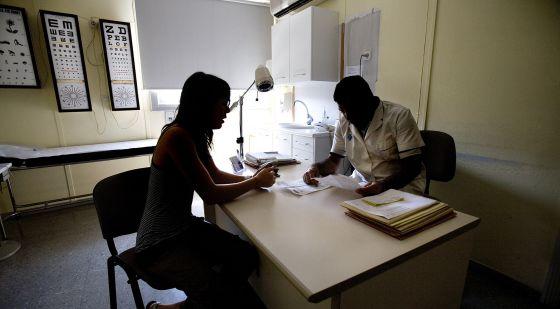 Una paciente en una consulta del centro de salud Sant Félix, en Sabadell. rn