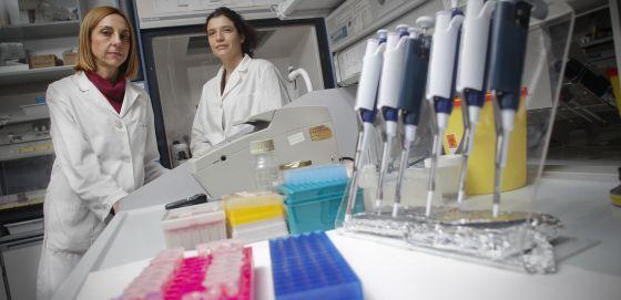 Luisa María Botella (izquierda), en su laboratorio del CSIC en Madrid.
