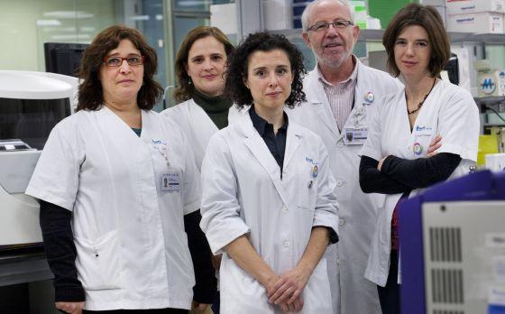 Serrano, en el centro, con su equipo de investigación.