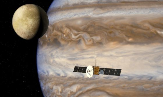 Ilustración de la nave espacial 'Juice' junto al planeta Júpiter y una de sus lunas heladas.