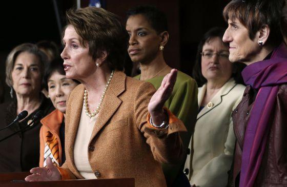 La líder de la minoría en el Congreso, Nancy Pelosi, junto a otras representantes del Partido Demócrata.